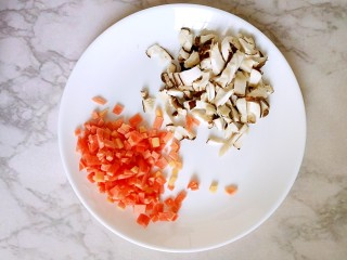 #宝宝辅食#自制午餐肉,胡萝卜切丁,香菇切丁