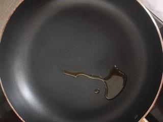 #宝宝辅食#自制午餐肉,锅中倒适量的油