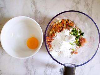 #宝宝辅食#自制午餐肉,鸡蛋清倒入绞肉杯中,蛋黄留在碗中,之后用