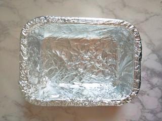 #宝宝辅食#自制午餐肉,铺上锡纸,这里是为了好脱膜,如果没有锡纸,可以底部的放油纸,容器四周刷油