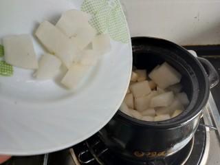 烧萝卜,再加入萝卜块