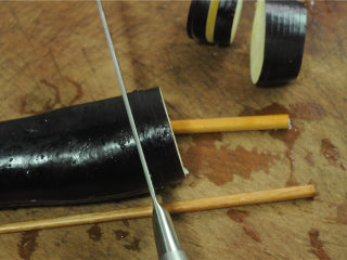 灯笼茄子,茄子洗干净后,底下垫两根筷子,切成7片相连的茄夹