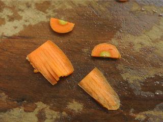 灯笼茄子,胡萝卜切片后修理成灯笼穗