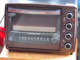 草莓蛋糕卷,烤箱上火180,下火170度,烘烤15分钟。