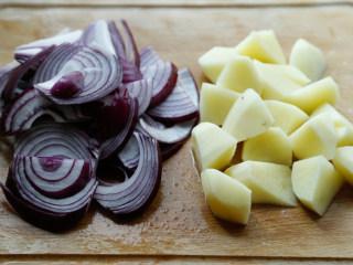 番茄牛腩煲,洋葱土豆切大块