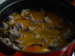 番茄牛腩煲,翻炒均与后倒入水,没过肉为宜,大火烧开,小火煮2小时