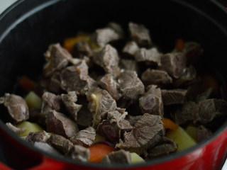 番茄牛腩煲,再放入牛肉
