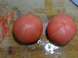 番茄干贝豆腐浓汤,剥去外皮