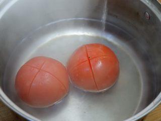 番茄干贝豆腐浓汤,放入开水中烫一下。