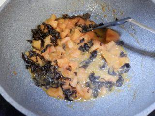 番茄干贝豆腐浓汤,翻炒均匀
