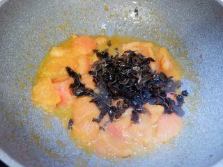 番茄干贝豆腐浓汤,加入木耳碎