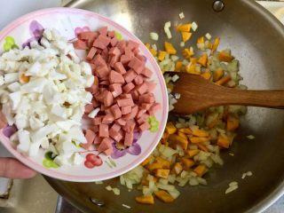 金玉满堂春满园➕咸鸭蛋杂蔬南瓜炒饭,加入火腿肠和蛋白翻炒均匀
