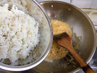 金玉满堂春满园➕咸鸭蛋杂蔬南瓜炒饭,加入剩米饭(如果米饭粘成团,可以先戴着一次性手套把米饭捏散,这样炒制时可以节省点时间),把米饭炒散,让蛋黄均匀的包裹每粒米饭