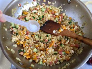金玉满堂春满园➕咸鸭蛋杂蔬南瓜炒饭,尝下味道,根据个人口味加入少许食盐调味。因为咸鸭蛋比较咸,鸡粉也有盐分,所以食盐可以少加。