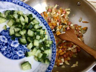 金玉满堂春满园➕咸鸭蛋杂蔬南瓜炒饭,加入黄瓜,翻炒均匀