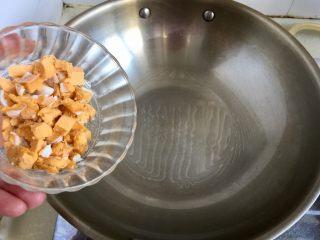 金玉满堂春满园➕咸鸭蛋杂蔬南瓜炒饭,热锅冷油,小火加入蛋黄煸炒起沙冒泡