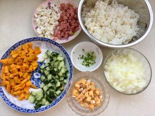 金玉满堂春满园➕咸鸭蛋杂蔬南瓜炒饭,全部食材准备好😁