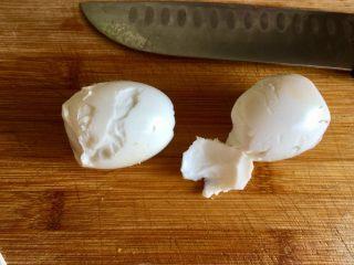 金玉满堂春满园➕咸鸭蛋杂蔬南瓜炒饭,咸鸭蛋剥壳,好吧,剥的太丑了😓