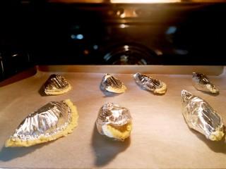 快手芒果酥~蛋挞皮版,放进预热好的烤箱里面,上下火,200度20分钟左右