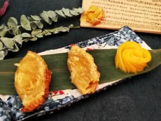 快手芒果酥~蛋挞皮版,轻轻的把蛋挞皮的外壳拿了,摆盘开吃吧