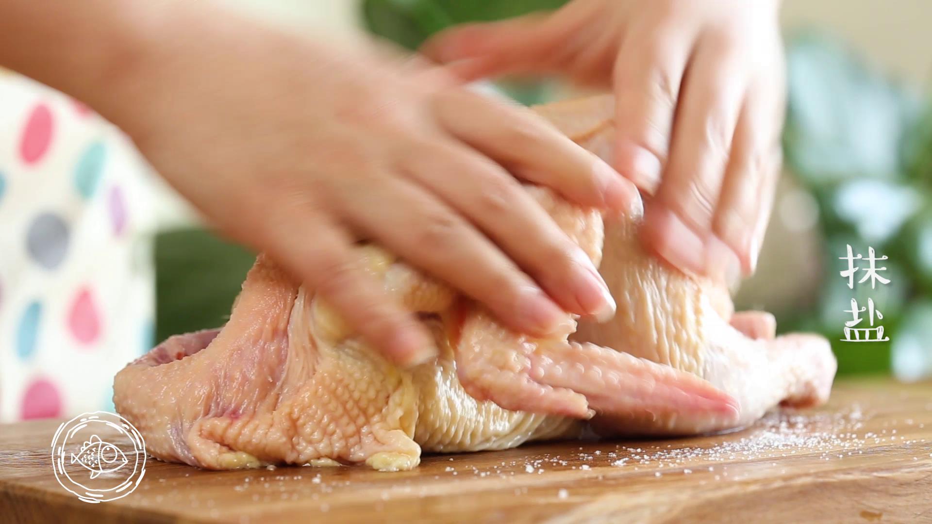 电饭煲烧鸡12m+,整鸡冲洗干净,开始抹盐、里外都抹均匀~</p> <p>