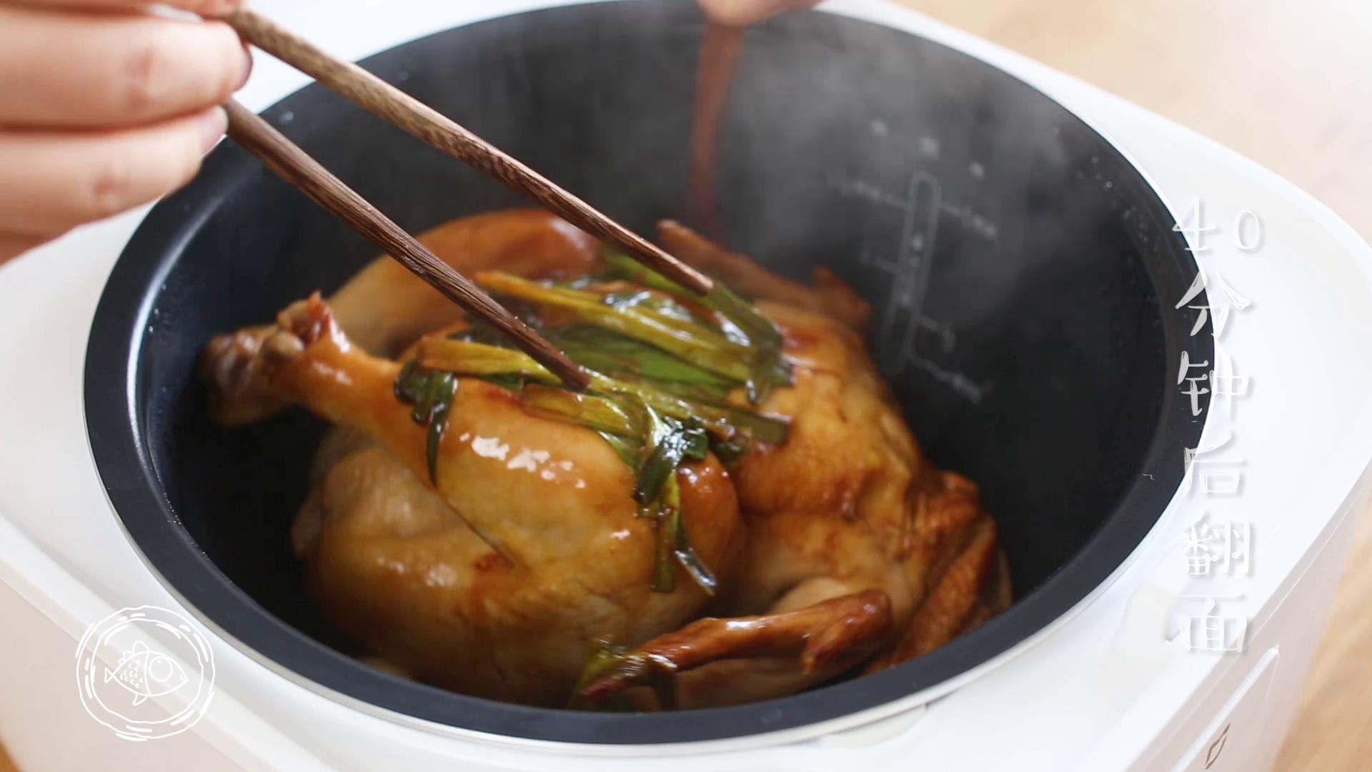 电饭煲烧鸡12m+,40分钟的时候,开锅,翻面~</p> <p>tips:这样做使烧鸡入味、颜色上下面均匀,口感更好和外观也更好看哈~