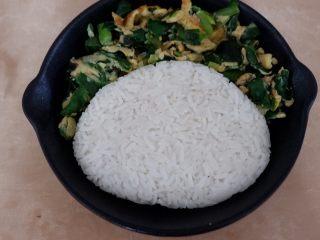 卡通早餐—韭菜鸡蛋娃娃饭,去掉保鲜膜放入盘中。