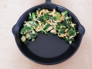 卡通早餐—韭菜鸡蛋娃娃饭,韭菜鸡蛋像图片中这样摆好。