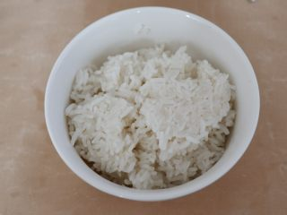 卡通早餐—韭菜鸡蛋娃娃饭,米饭备好。