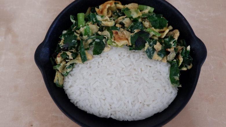卡通早餐—韭菜鸡蛋娃娃饭,把韭菜鸡蛋挑起一些,挡住米饭的边缘
