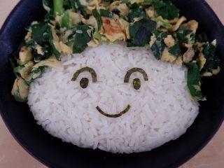卡通早餐—韭菜鸡蛋娃娃饭,像图中这样贴好。