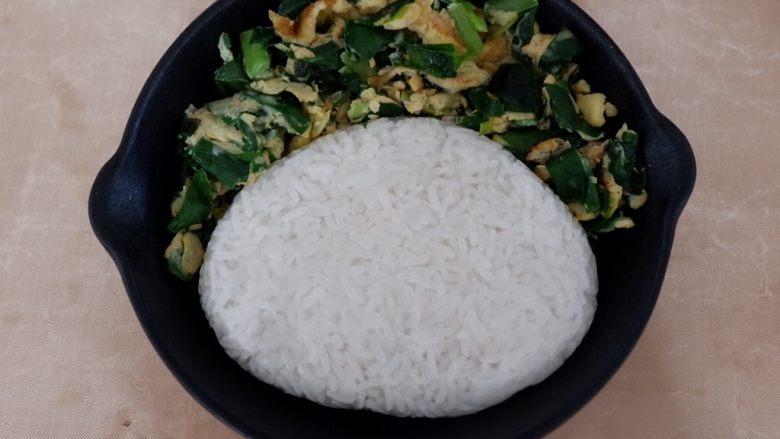 卡通早餐—韭菜鸡蛋娃娃饭,捏除脸的形状压扁,放到盘中调整成合适的大小。