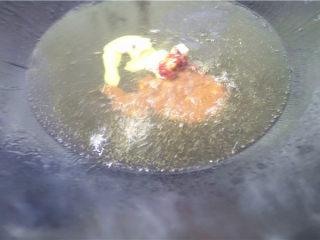 爆炒猪肝,放入适量豆瓣酱,炒香。