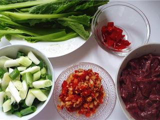 爆炒猪肝,将蔬菜洗净切好。将猪肝洗净,清水里浸泡片刻,切成片。