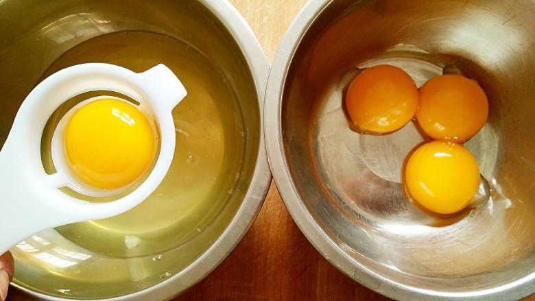 豆乳盒子(平底锅版,无奶油不甜腻),先来做海绵蛋糕。将蛋清,蛋黄分离,置于无水无油的干净容器中。