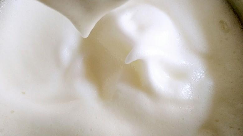 豆乳盒子(平底锅版,无奶油不甜腻),20g白糖分三次加入4个蛋清中,用电动打蛋器打发,起小勾状就可以了。