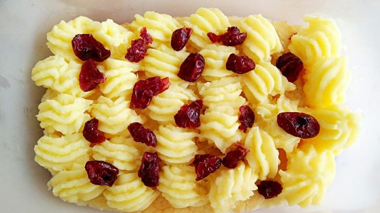 豆乳盒子(平底锅版,无奶油不甜腻),在挤好豆乳馅的蛋糕上面可以根据个人喜好加<a style='color:red;display:inline-block;' href='/shicai/ 660'>蔓越莓</a>或其他水果坚果等。