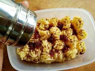 豆乳盒子(平底锅版,无奶油不甜腻),同样的方法再铺一层海绵蛋糕,挤一层豆乳馅,最后撒上蔓越莓和可可粉。