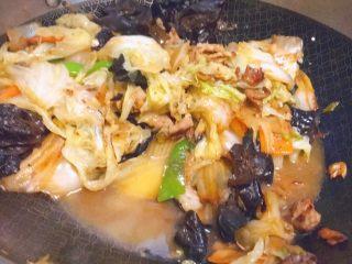 黑白菜★实用快手系列「白菜炒木耳」,最后下水淀粉勾芡,大火收汁。即可出锅了!
