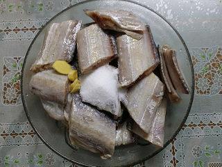红烧带鱼,切大段加姜片、料酒和食盐腌制一会儿便于入味