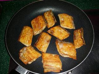 红烧带鱼,煎制金黄后翻面,待双面都煎好后关火