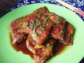 红烧带鱼,关火盛盘,也可撒点葱沫增色增香
