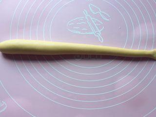 二龙戏珠,在龙尾处切开,再用刀背压出花纹,如上图。