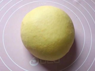 二龙戏珠,和面团:将酵母粉、面粉和白糖放入一盆中,加入适量南瓜泥,边加边用筷子搅拌成絮状。然后用手和成软硬适中的面团,盖上保鲜膜放温暖处发酵至2倍大。