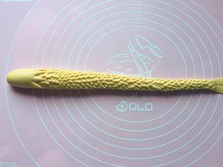 二龙戏珠,用厨房专用小剪刀剪出龙鳞,如上图。