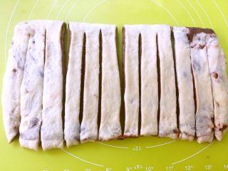 大理石纹金砖吐司,用刀分割成4等份,之后再在每一份上切两刀,分成3份长条