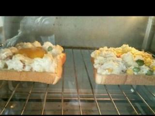 火烧云太阳蛋吐司,将吐司放入预热好的160度烧箱烤十分钟。烤箱温度根据自家的调节。