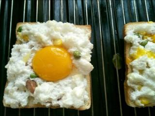 火烧云太阳蛋吐司,放入蛋黄