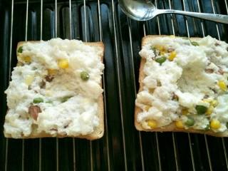 火烧云太阳蛋吐司,拿出烤过的吐司用匙子在蛋白中间挖个小圆坑。