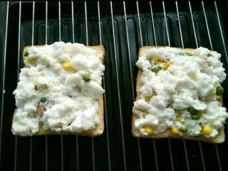 火烧云太阳蛋吐司,在吐司上放上适量混合好的蛋白放入预热好的160度烤箱先烤二分钟让蛋白定型。